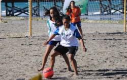 """Entre las actividades para la """"semana del fútbol"""", se efectuará una capacitación de fútbol playero."""