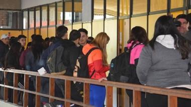 En el primer día, la gente debió armarse de paciencia en la Terminal de Trelew para gestionar el trámite.