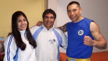 Melina y Gabriel Arévalo, junto a Raúl Moggiano. El próximo sábado parten a Buenos Aires y el lunes hacia China, a cumplir su sueño mundialista.