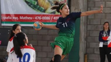 La chubutense a punto de marcar el gol, en uno de los encuentros que tuvo Chubut en handball femenino.