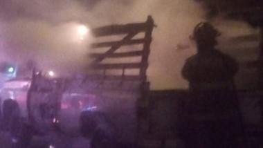 Los bomberos toman el control de la situación mientras ardía la C10.