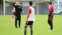 El DT interino de San Lorenzo cambia hasta al arquero y sorprendió con el esquema para jugar ante Independiente el domingo.