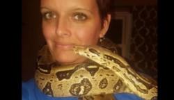 Laura Hurst fue hallada inconsciente el miércoles por la noche con la serpiente enrollada en el cuello.