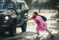 Al menos 20 mil personas salieron a las calles de Santiago, Chile, cuando se cumplen dos semanas de las protestas contra Gobierno de Piñera.