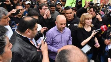 Compromiso. Mateo Suárez, líder de la UOCRA, entregó el petitorio al intendente Sastre en Madryn.