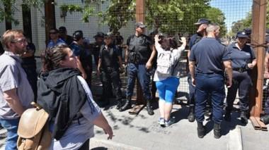 Goodman encabezó la protesta y el reclamo de los docentes frente al vallado de Casa de Gobierno.