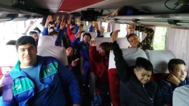 En viaje. Fotografía de los juveniles de Trelew RC, partiendo a Bahía.