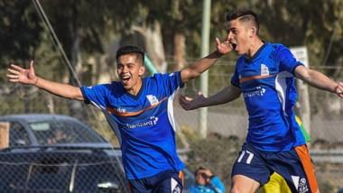 Matías Vargas, de la CAI de Comodoro Rivadavia, celebra el primer gol, de su autoría. Fue el tanto más elegante de la jornada de ayer en Rawson.