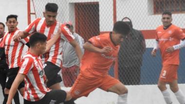 Rodrigo Meccia, autor del primer gol de J.J. Moreno y figura del partido, intenta abrirse camino ante futbolistas de Racing Club de Trelew.
