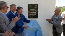 El  ministro Antonena, el gobernador y el Presidente de HASA, junto a un trabajador, descubriendo la placa.