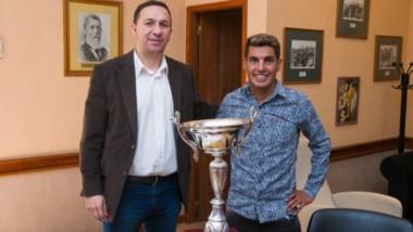 El atleta Gerardo Haro, que por primera vez ganó el Maratón Tres Ciudades, visitó ayer al intendente Adrián Maderna en su despacho.