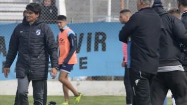 Marcelo Broggi, camina y analiza el partido. El DT habló tras el triunfo ante Belgrano de Córdoba en Madryn.