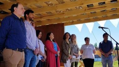Durante el acto se entregaron presentes para homenajear a los primeros pobladores de Aldea Escolar.