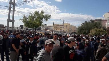 La asamblea de los trabajadores, en la puerta de la UOCRA.
