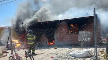 Una dotación de ataque rápido calmó la bravura de las llamas que causaron daños totales en la vivienda.
