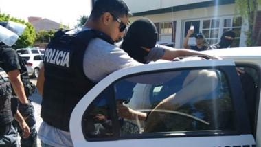 Momentos en que los efectivos policiales detienen a dos de los jóvenes acusados del asesinato de Tesoro.