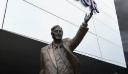 En 2014 el gobierno de Cristina Fernández donó la estatua de Néstor Kirchner para que se colocara en la puerta del edificio de Unasur.