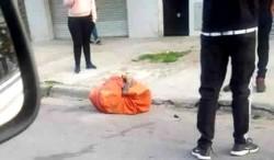 Un vecino alertó sobre la presencia en plena calzada del cuerpo envuelto en una frazada y en una sábana roja, al que sólo se le podían verse los pies.