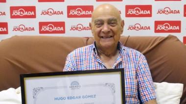 Egdar Hugo Gómez dejó su huella en instalaciones del diario Jornada y mostró con mucha emoción su plaqueta que recibió dias atrás en Bs.As.