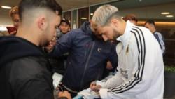 Los jugadores de la Selección Argentina salieron del hotel para tomarse un par de fotos con los hinchas que se acercaron en Mallorca.