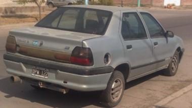Así lucía el  auto que los vecinos vieron sospechoso por varios días.
