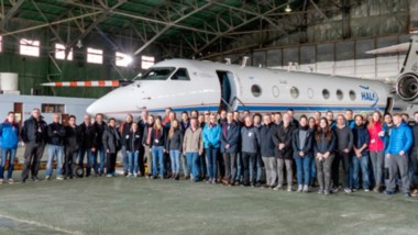 Los investigadores y la aeronave que recorrerá la zona que divide la tropósfera alta y la estratósfera baja.