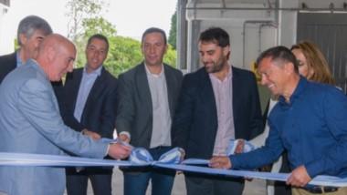 Corte de cintas. El intendente junto al ministro de la Producción encabezó la inauguración de la fábrica.