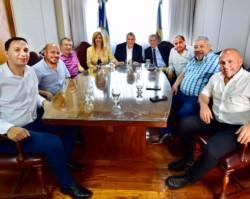 Referentes. La postal que dejó el encuentro con Gioja de los líderes del peronismo chubutense.