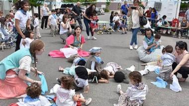 Frente a la institución se armó un escenario y se desarrollaron actividades desde las 11 hs hasta las 14.