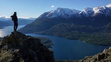 Belleza. El lago Epuyén, en cuyas márgenes está el Parque Municipal Puerto Bonito, al pie del cerro Pirque.