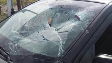 Los hachazos contra los vidrios del auto alarmaron a la vigilancia policial, que no tardó en intervenir.