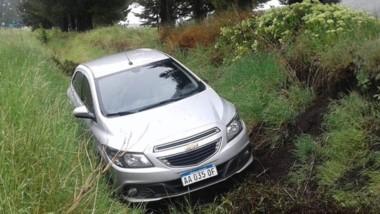El automóvil Chevrolet Onix no pudo evitar ayer su vuelco y despiste.