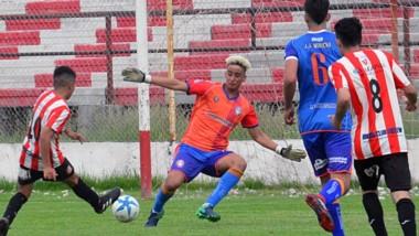 Alejandro Galdamez remata y convierte el único gol de Racing Club ayer. Significó la clasificación a la final.