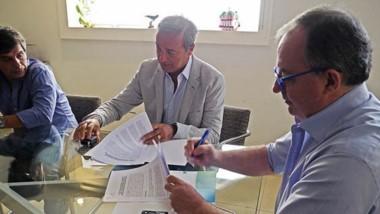 El ministro de Ambiente, Eduardo Arzani, firmando convenio junto al titular del CEAMSE, Eduardo Ricciutti.