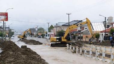 Desastre. Los trabajos para paliar los efectos que el temporal dejó en la ciudad petrolera y que generaron varias derivaciones judiciales.