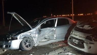 Visibles daños materiales sufrieron los dos autos en la colisión. (Gentileza: FM Tropical)