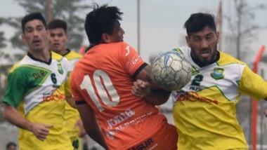 """Jorge Romero, delantero del """"Naranja"""", batalla con Damián Salinas. El paraguayo tuvo ocasiones anteayer."""