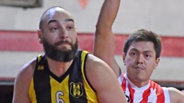 Bariffuzza esconde el balón ante la marca del jugador González.