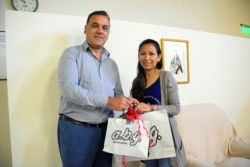 El Director Periodístico del Diario Jornada, Carlos Baulde, haciendo entrega de presentes a la profesora Aydee Delgado