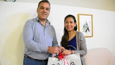 Carlos Baulde (Jornada), entregó los presentes a Aydee Delgado.
