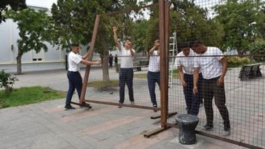 Afuera. Los cadetes de la fuerza recibieron la orden de sacar las vallas, que ya eran parte del paisaje.