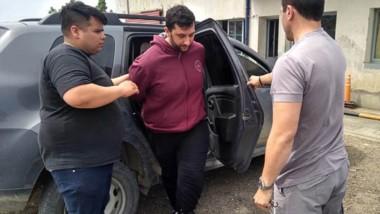 Momentos en que personal policial de la División Sustracción de Automotores de Comodoro Rivadavia dejaba a Usin en la Comisaría Cuarta.