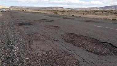 Destruida. La ruta 25 entre Las Plumas y Paso de Indios es una sucesión de baches en el asfalto y pozos en la banquina
