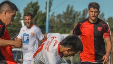 """Tomás Amado cubre la pelota ante la marca del """"Mariachi"""" Helgueta."""