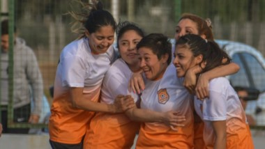 Las futbolistas de Mar-Che celebran con la Copa de Plata. Hace dos años, el club logró el mismo trofeo.
