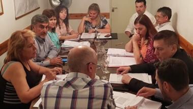 Debate. Sardá y su diálogo con los ediles trelewenses en el Concejo para afinar el proyecto del Ejecutivo.