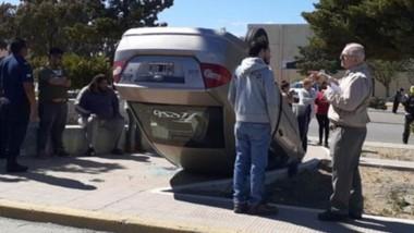 Con las ruedas al cielo. Así quedó el Ford Fiesta Max luego del choque.