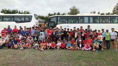 Momento en que parte la delegación, junto a sus profesores, a la cuidad de Cipolletti. Participaron de un encuentro de rugby en infantiles.