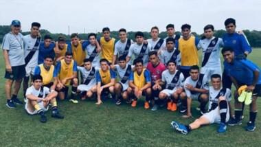 Los chicos de Guillermo Brown junto a sus pares de Boca juniors, luego de jugar el partido amistoso.