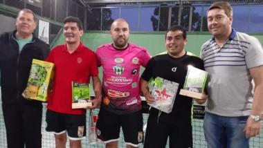 Jorge Durán y Damián Biss hacen la entrega de premios a los ganadores.